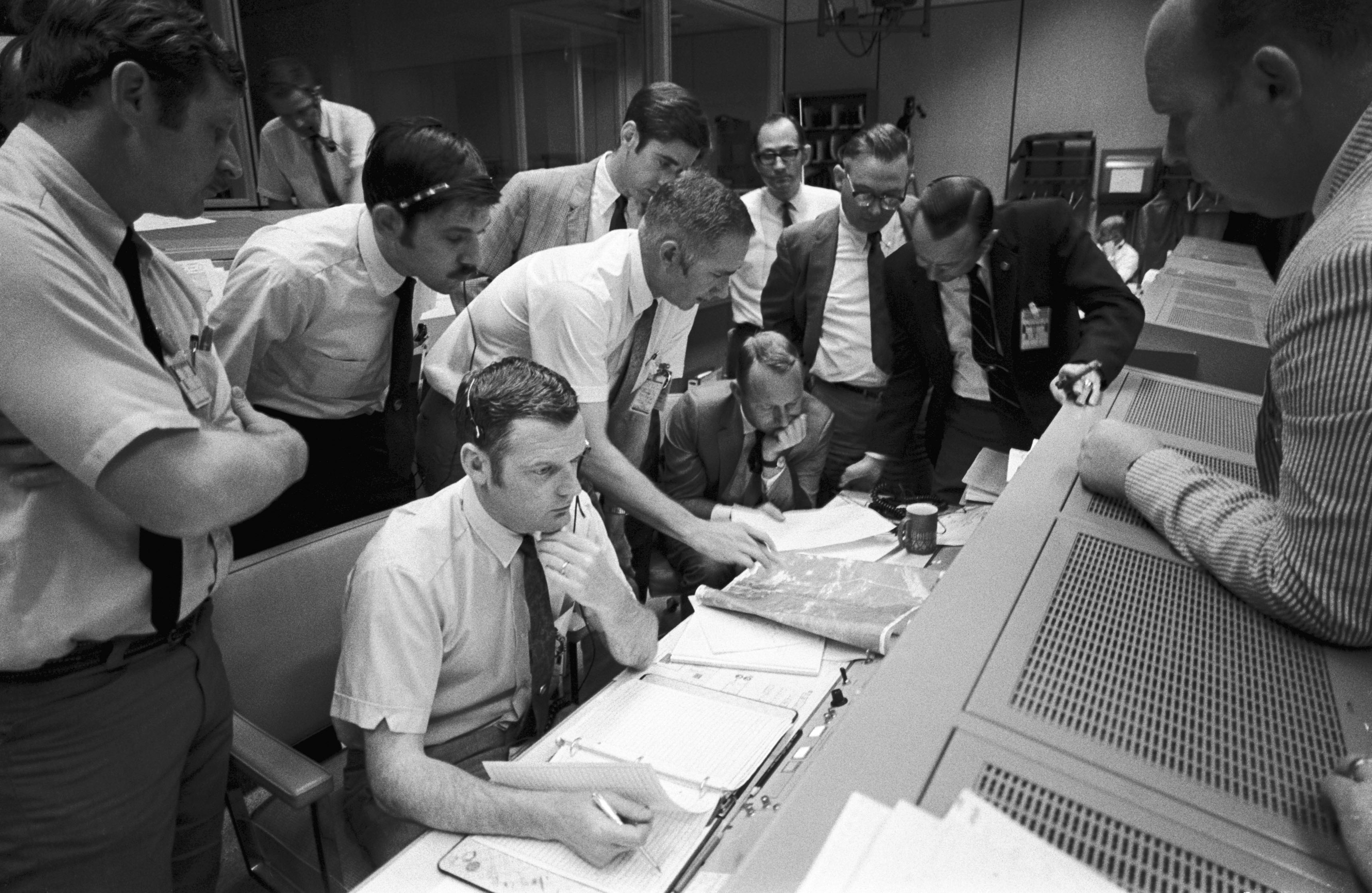 an analysis of the mistakes that led to the failure of apollo 13 space mission Technology and culture 433 (2002) 645-646 failure is not an option is gene kranz's epic personal account of the liftoff of the us space program kranz was one of a select group recruited to.